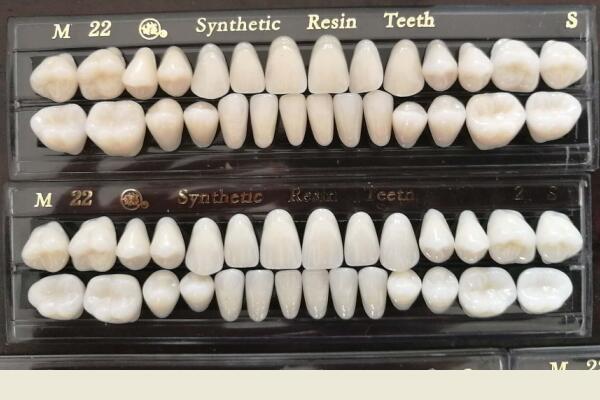 Dents en résine synthétique